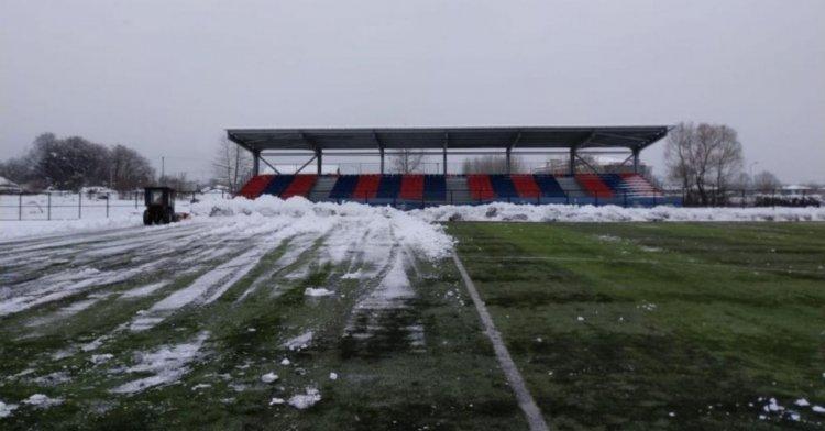 Futbol sahası kardan temizlendi!