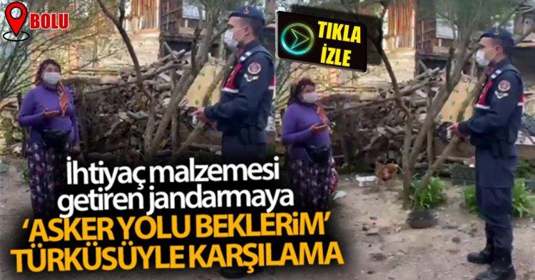"""İhtiyaç malzemesi getiren jandarmayı """"Asker Yolu Beklerim"""" türküsüyle karşıladı"""